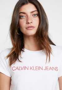 Calvin Klein Jeans - INSTITUTIONAL LOGO SLIM FIT TEE - T-shirts print - bright white/barbados cherry - 3