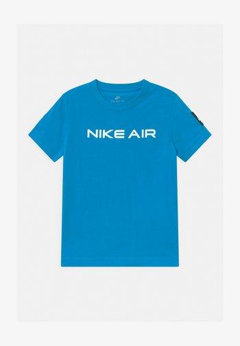 AIR UNISEX - Print T-shirt - laser blue