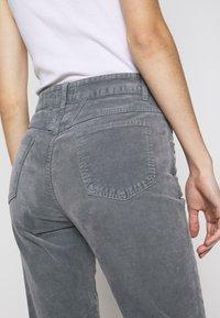 CLOSED - PEDAL PUSHER - Pantalones - grey stone - 6