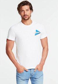 Guess - T-shirt z nadrukiem - white - 0