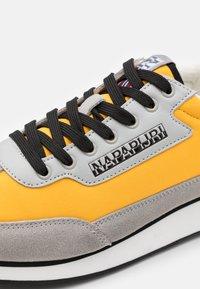 Napapijri - Baskets basses - yellow oil - 5