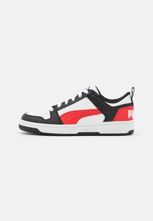 REBOUND LAYUP UNISEX - Trainers - white/poppy red/black