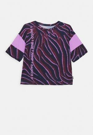 ODESSA - T-shirt z nadrukiem - bordeaux/dark blue/lilac