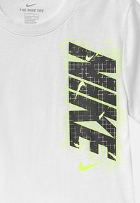 Nike Sportswear - GLOW IN THE DARK ELECTRIC  - Print T-shirt - white - 2