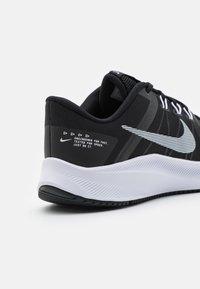 Nike Performance - QUEST 4 - Neutrala löparskor - black/white/dark smoke grey - 5