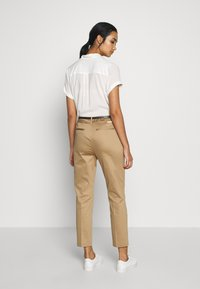 Scotch & Soda - REGULAR FIT WITH STITCHED PLEAT - Chino - sand - 2