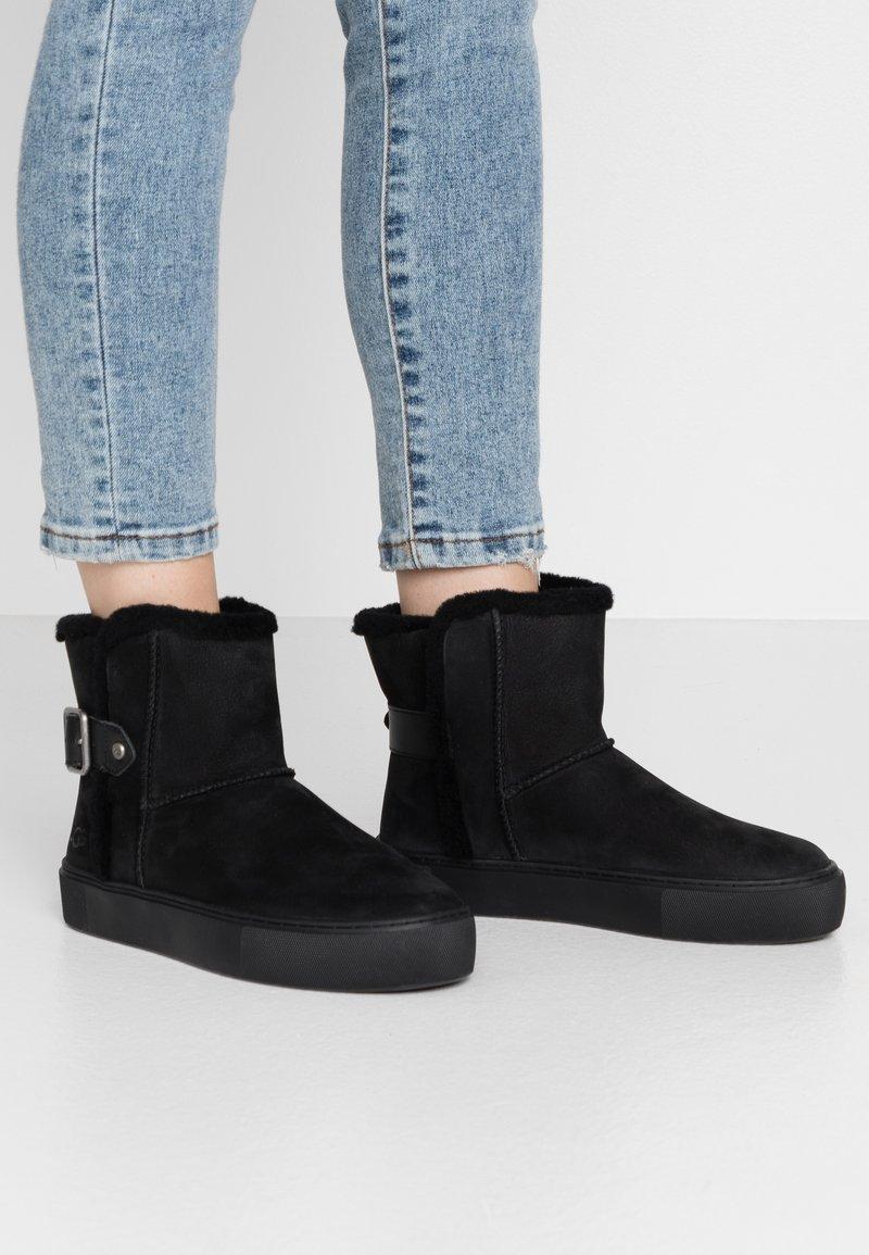 UGG - AIKA - Korte laarzen - black