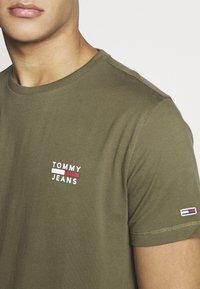 Tommy Jeans - CHEST LOGO TEE - T-shirt z nadrukiem - uniform olive - 4