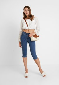 Vero Moda - VMHOT SEVEN SLIT KNICKER MIX - Denim shorts - medium blue denim - 1