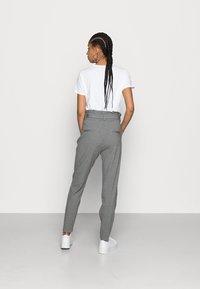 Vero Moda - VMEVA LOOSE PAPERBAG PANT - Kalhoty - medium grey - 2