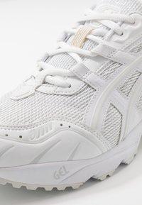 ASICS SportStyle - GEL-1090 UNISEX - Matalavartiset tennarit - white - 5