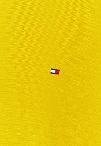 Tommy Hilfiger - FINE ZIG ZAG CREW NECK - Neule - vivid yellow - 2