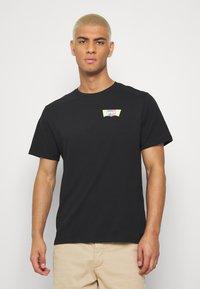 Levi's® - HOUSEMARK GRAPHIC TEE - Print T-shirt - black - 0