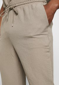 Mennace - CRINKLE TAPERED JOGGER - Pantaloni - cream - 4