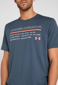 Under Armour - ISSUED - T-shirt con stampa - wire/beta red - 5