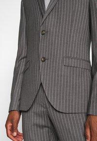 Isaac Dewhirst - BOLD STRIPE SUIT - Oblek - grey - 6