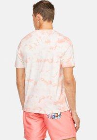 Colours & Sons - Print T-shirt - lachs - 1