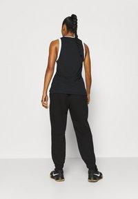 Nike Performance - STANDARD ISSUE PANT - Teplákové kalhoty - black/pale ivory/pale ivory - 2