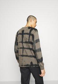 Mennace - GRUNGE MENNACE GRID TIE DYE TEE - Long sleeved top - khaki - 2