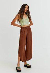 PULL&BEAR - FLIESSENDE MIT SCHLITZEN - Trousers - mottled light brown - 0