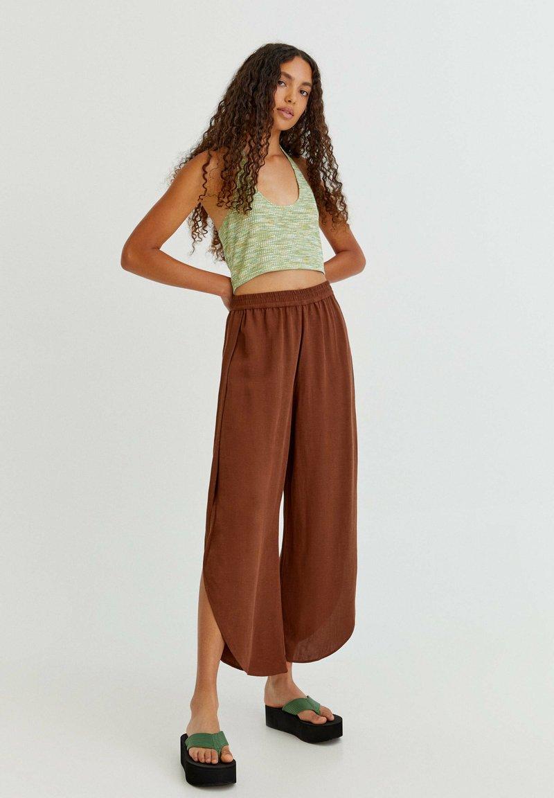 PULL&BEAR - FLIESSENDE MIT SCHLITZEN - Trousers - mottled light brown