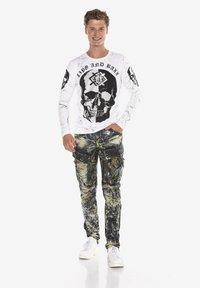 Cipo & Baxx - COOLER WASCHUNG UND ZIERNÄHTEN - Straight leg jeans - khaki - 1