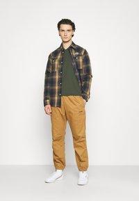 Levi's® - VNECK - T-shirt basique - greens - 1