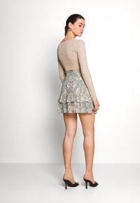 ONLY - ONLALLY SMOCK LAYERED SKIRT - Mini skirt - kalamata/desert - 2