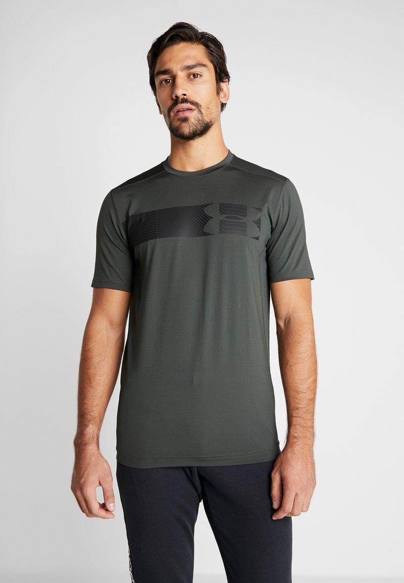 Under Armour - RAID GRAPHIC - T-shirt imprimé - baroque green/black