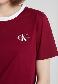 Calvin Klein Jeans - MONOGRAM EMBROIDERY RINGER TEE - Print T-shirt - beet red - 4