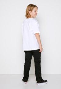 Vans - BY LEFT CHEST TEE BOYS - T-shirt basic - white - 2