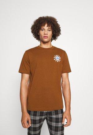 GRAPHIC LOGO  - Print T-shirt - tabacco