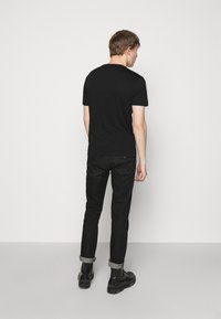 Emporio Armani - T-shirt z nadrukiem - black - 2
