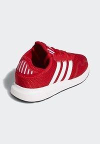 adidas Originals - SWIFT RUN X SHOES - Tenisky - scarlet/ftwr white/core black - 3