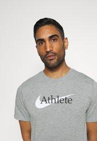 Nike Performance - TEE ATHLETE - Print T-shirt - dark grey heather - 3
