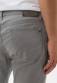 BRAX - STYLE CHUCK - Straight leg jeans - platin - 4