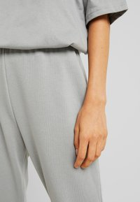 Missguided - TEE AND JOGGER SET - Tracksuit bottoms - grey - 5