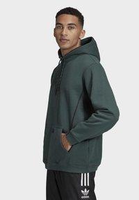 adidas Originals - R.Y.V. HOODIE - Jersey con capucha - green - 2