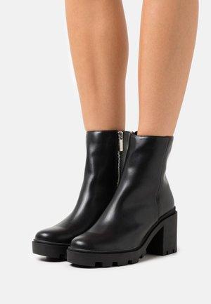 VEGAN PIA COMBAT LUG SOLE BOOT - Enkellaarsjes met plateauzool - black smooth