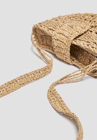 PULL&BEAR - MIT ÜBERSCHLAG - Across body bag - sand - 5