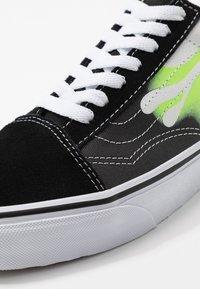 Vans - OLD SKOOL UNISEX - Sneakers basse - black/true white - 9