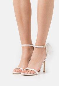 Stuart Weitzman - NUDISTSONG BOW - Sandály na vysokém podpatku - white/cream - 0