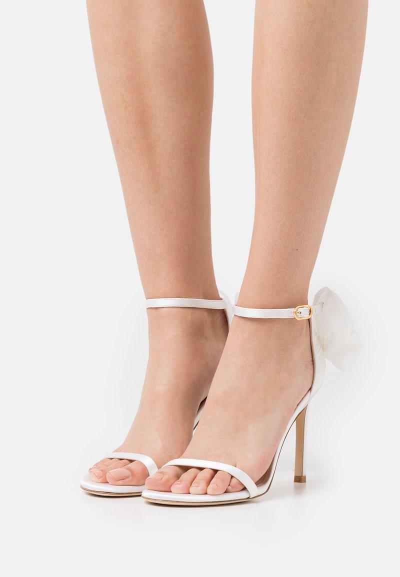 Stuart Weitzman - NUDISTSONG BOW - Sandály na vysokém podpatku - white/cream