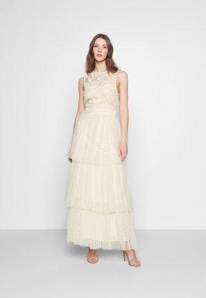 YASBIRINDA MAXI DRESS CELEB - Společenské šaty - pearled ivory
