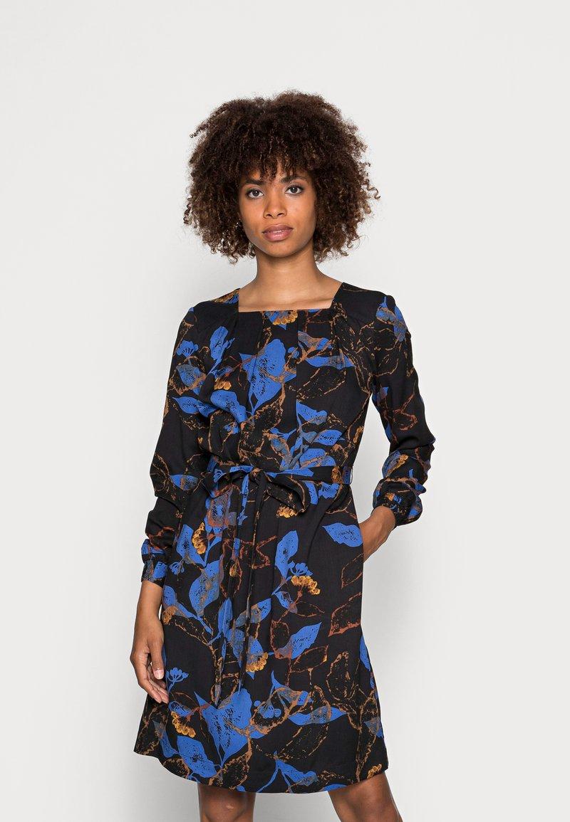 Thought - DEVERELL TIE FRONT DRESS - Denní šaty - black