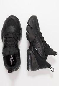 Nike Performance - AIR MAX ALPHA SAVAGE - Kuntoilukengät - black/white - 1