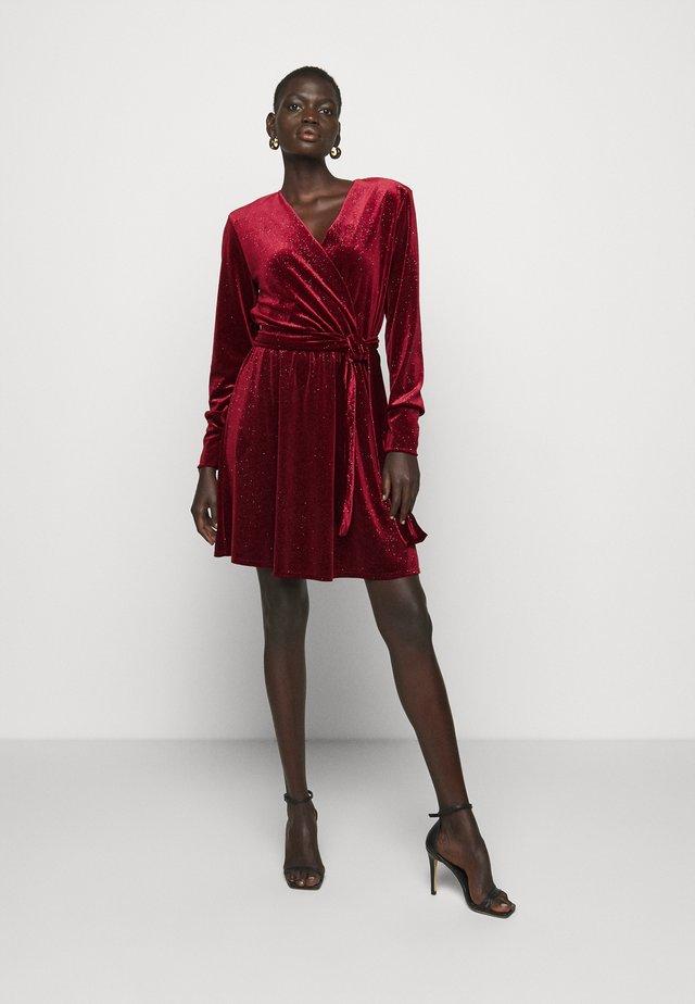 PERLA - Korte jurk - burgundy