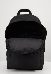 Nike Sportswear - AIR HERITAGE - Mochila - black/black/silver pine - 3