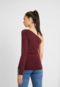 PIECES Tall - PCMERVA ONE SHOULDER - T-shirt à manches longues - port royale - 2