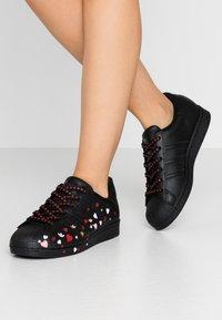 adidas Originals - 2020-02-01 SUPERSTAR  SHOES - Sneakers laag - core black/footwear white/glow pink - 0